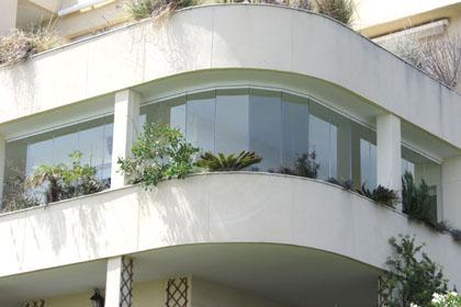 Systeme sans profils pour fermeture de balcon et terrasse